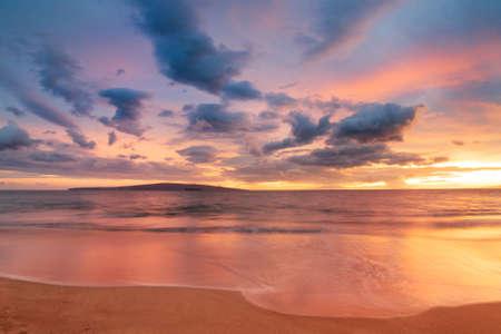 ハワイのビーチに沈む夕日
