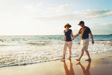Senior Paar Genieten Zonsondergang op het strand