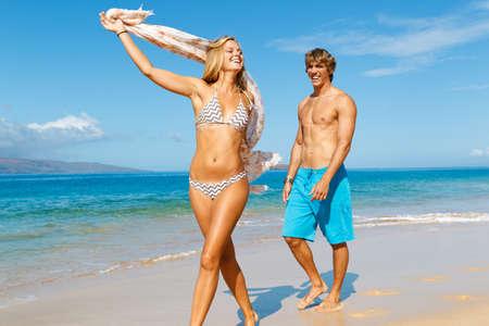 mujer cuerpo completo: Pareja joven y atractiva en la playa tropical Foto de archivo