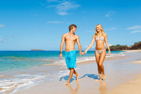 Attractive Young Couple on Tropical Beach 免版税图像