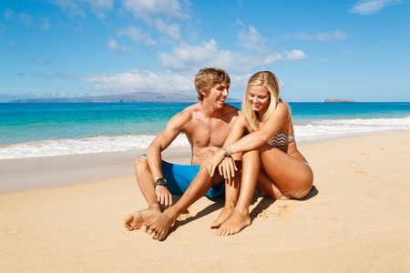 열 대 해변에서 매력적인 젊은 부부