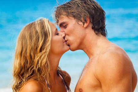 pareja besandose: Pareja joven atractiva besos en la playa tropical