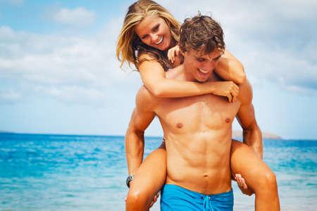 mujer cuerpo completo: Pareja joven atractiva en la playa tropical