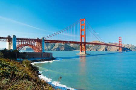 백그라운드에서 아름 다운 푸른 바다와 샌 프란 시스 코에서 골든 게이트 브리지