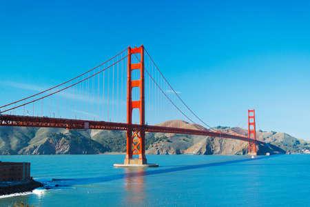 バック グラウンドで美しい青い海で San Francisco のゴールデン ゲート ブリッジ 写真素材