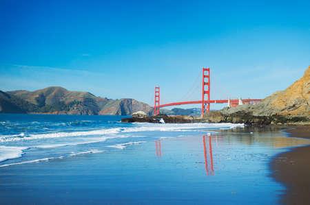 verjas: El puente Golden Gate en San Francisco con el oc�ano azul hermoso en el fondo Foto de archivo