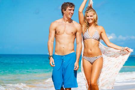 Wandelen aantrekkelijke Paar op Beautiful Beach Stockfoto