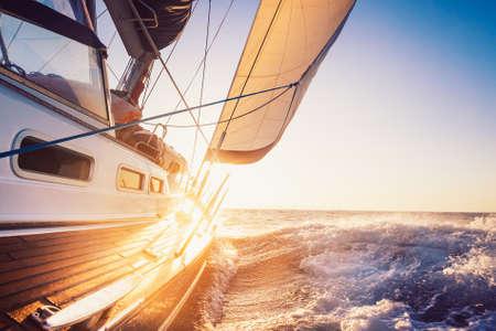 deportes nauticos: navegando hacia el ocaso Foto de archivo