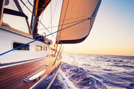 bateau voile: voile vers le soleil couchant