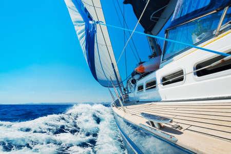 bateau voile: Voilier yacht, dans la mer Banque d'images