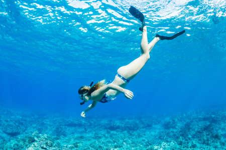 열 대 바다에서 아름 다운 여자 스노클링
