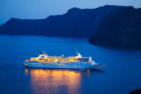 Luxe cruiseschip bij zonsondergang