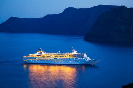 Luxus-Kreuzfahrtschiff bei Sonnenuntergang Standard-Bild - 14382200