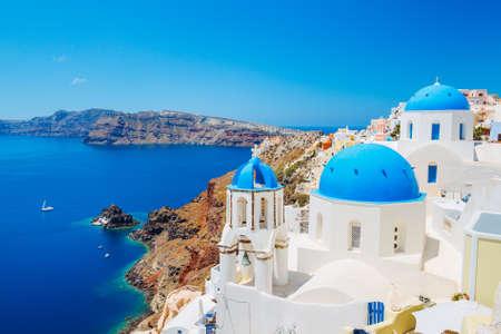 La isla de Santorini, Grecia, hermosa vista del Océano Azul y la arquitectura tradicional cúpula de la iglesia Foto de archivo