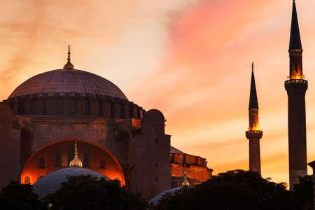 cisterna: Puesta de sol sobre la mezquita de Santa Sofía, Estambul, Turquía