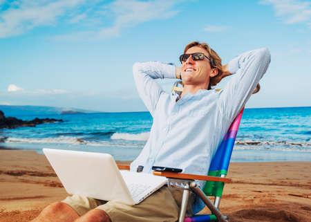 열 대 해변에서 휴식 젊은 비즈니스 사람 (남자) 스톡 콘텐츠
