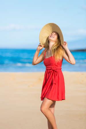 scarf beach: Mujer feliz hermosa en vestido rojo en la playa