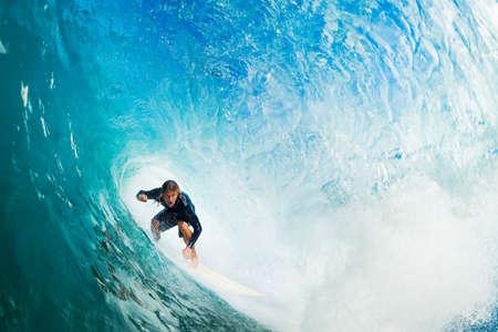 kockázatos: Surfer Blue Ocean Wave a csőben Első csövű Stock fotó