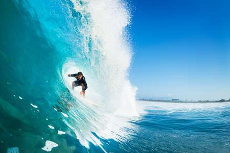Surfer on Wave Ocean Blue en el metro Conseguir Barreled Foto de archivo