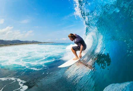 Surfer su Wave Ocean Blue nel tubo Come Barreled Archivio Fotografico