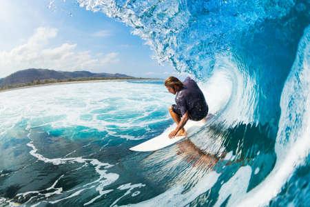 Surfer op Blue Ocean Wave in de metro Getting Barreled