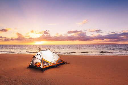 campamento: Camping en la playa al atardecer Foto de archivo