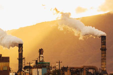 Planta de energía sucia contaminantes de carbono en la atmósfera Foto de archivo - 16210391