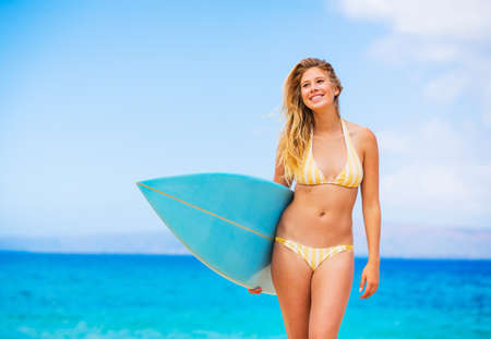 chica surf: Hermosa mujer joven en bikini Chica surfista con tabla de surf en una playa