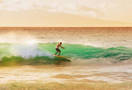 surfeur: Surfer sur la vague Belle au coucher du soleil Banque d'images