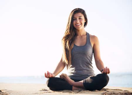 Mattina Meditazione Yoga dalla spiaggia