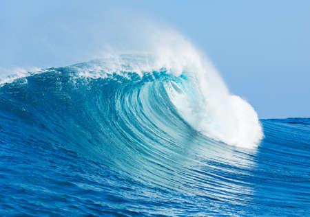 青い海の波