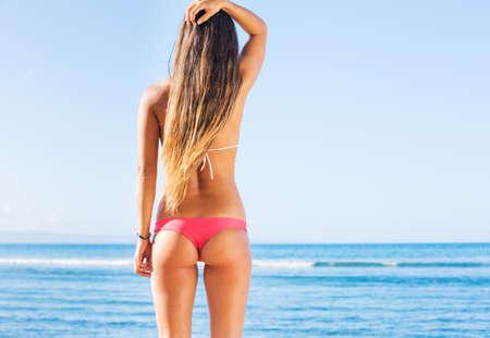 nue plage: jeune femme sexy en bikini à la plage Banque d'images
