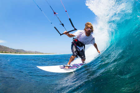 kitesurfen: Extreme Sport, Kite Surfer Riding Wave krijgt Barreled Stockfoto