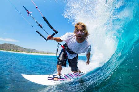 papalote: Extreme Sport, Kite Surfer Riding Wave conseguir Barreled Foto de archivo