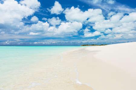 turks: Tropical Playa de arena blanca y el mar en las Islas Turcas y Caicos
