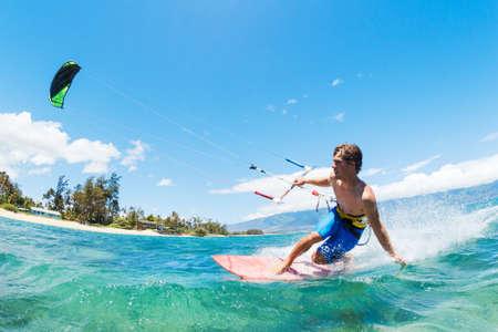 kitesurfen: Kite Surfen, Fun in de Oceaan, Extreme Sport Stockfoto