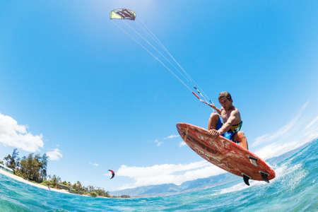 papalote: Kite Surf, Diversión en el océano, deporte extremo Foto de archivo