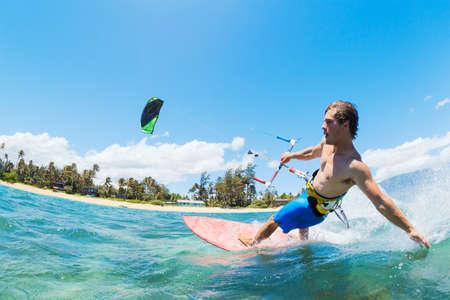 papalote: Kite Surf, Diversi�n en el oc�ano, deporte extremo Foto de archivo
