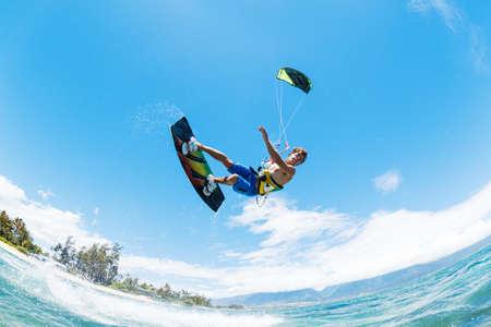 凧の搭乗、海、極端なスポーツの楽しみ