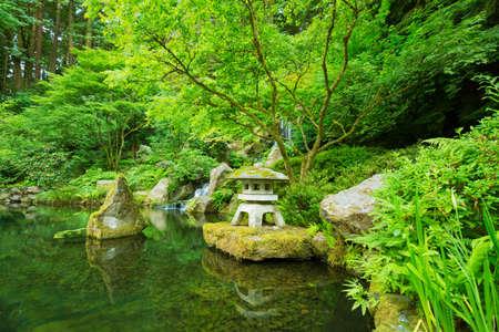bassin jardin: Beau Jardin Zen japonais Banque d'images