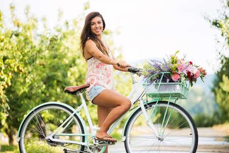 시골, 여름 라이프 스타일에 자전거에 아름다운 소녀