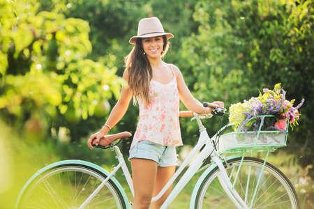 bicicleta retro: Hermosa chica en bicicleta en el campo, estilo de vida Summer