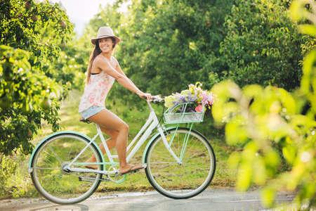 pantalones cortos: Hermosa chica en bicicleta en el campo, estilo de vida Summer