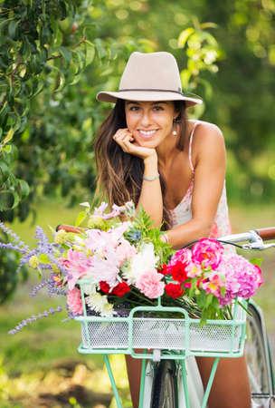 Hermosa chica en bicicleta en el campo, estilo de vida Summer Foto de archivo - 21578664
