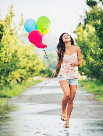 pantalones cortos: Hermosa niña feliz celebración de globos Foto de archivo