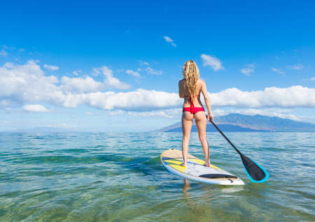 Femme attirant sur le Stand Up Paddle, SUP, Tropical Blue Ocean, Hawaii Banque d'images - 22013160