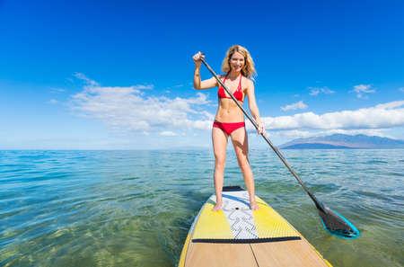 매력적인 여자 스탠드 패 보드, SUP, 열 대 푸른 바다, 하와이에 서 서
