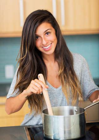홈 부엌, 라이프 스타일 개념에 아름 다운 젊은 여자를 요리하는 저녁 식사