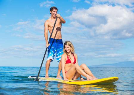 Aantrekkelijk Paar sharring Stand Up Paddle Board, Hawaii Stockfoto