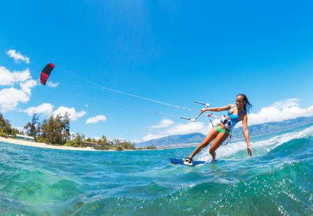 kite surfing: Aantrekkelijke Jonge Vrouw kiteboarding, Plezier in de oceaan, Extreme Sport Kitesurfen